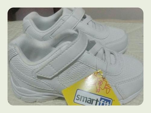zapato deportivo blanco para niños