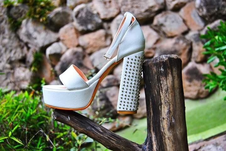 Zapatos Blancos Cuero Tobillera Taco Palo Con Tachas Alto -   2.600 ... 7ebd9ec18ac