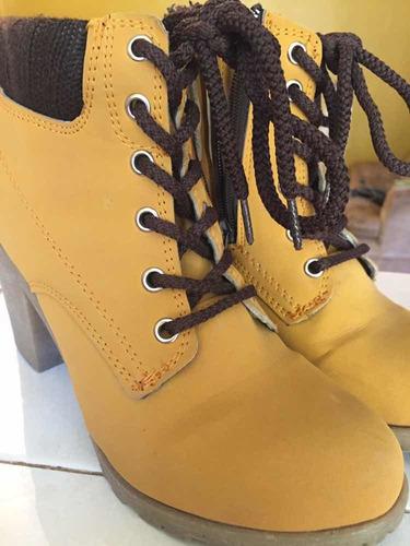 zapatos botines de tacón color mostaza