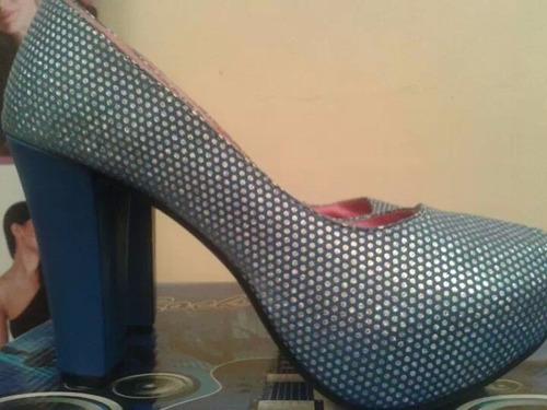 zapatos brillos azul y plateado con taco alto y plataforma