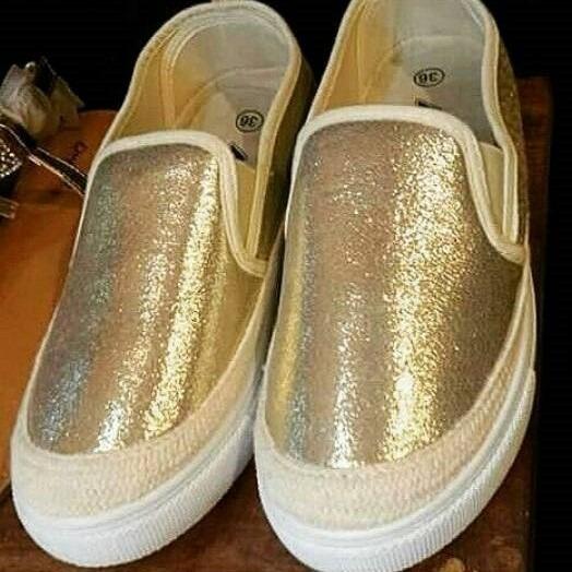 zapatos tipo vans dorados