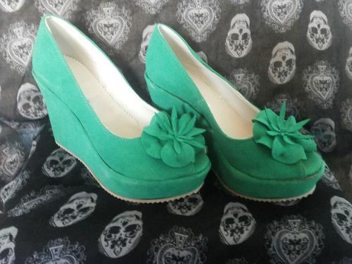 zapatos con detalle en flor