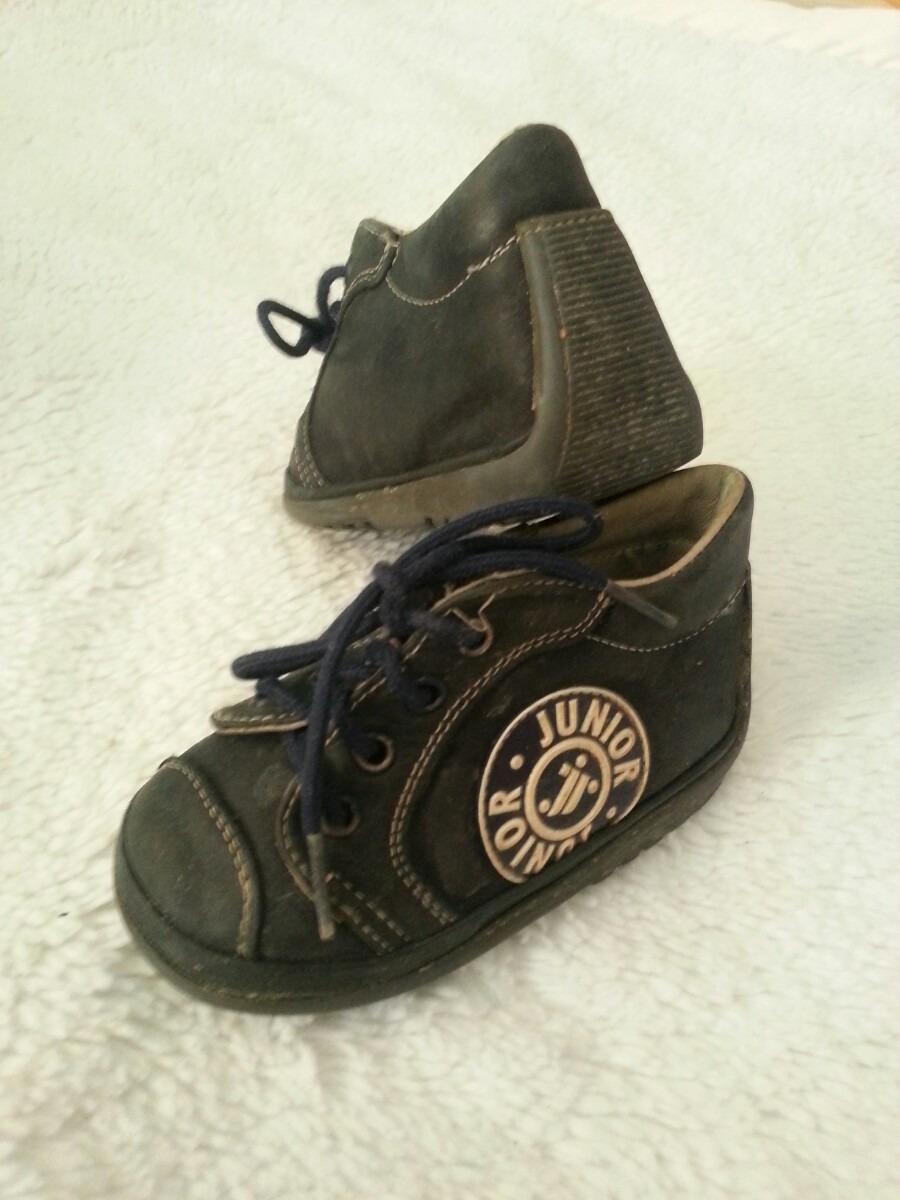 Los zapatos de bebé de la talla 19 están hechos para bebés en torno a los nueve meses de vida. Pies danzarines y alegres que se mueven incansables. Sus pequeños zapatos les acompañan en la aventura de crecer felices: angelitos, botitas, inglesas, pepitos, mocasines zapatos para preandantes.