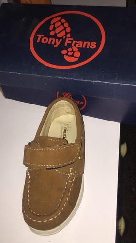 zapatos de niño totalmente nuevos