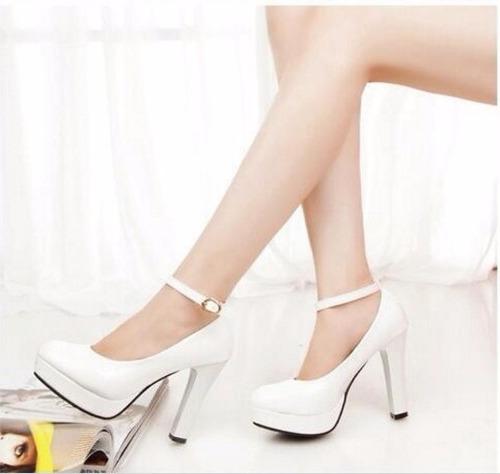 zapatos de novia blancos tacón grueso con pulsera al tobillo