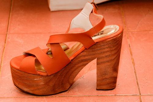 zapatos madera. pie.