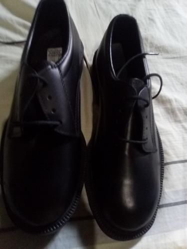 zapatos negro suela de goma cocidos y totalmente nuevo .