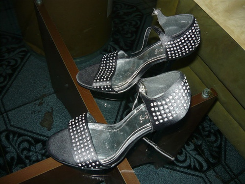 zapatos negros con decoracion en sharosky