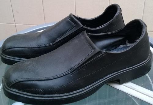 zapatos negros de cuero modernos