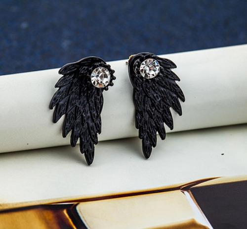 zarcillo con forma de alas plumas elegante a la moda fashion