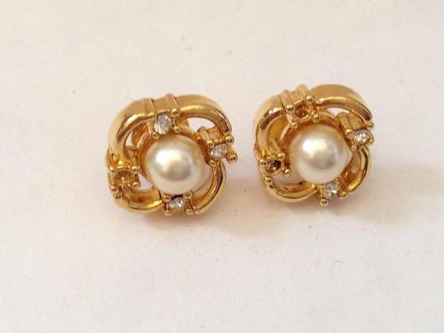zarcillos dorados de perla con circones a sus lados