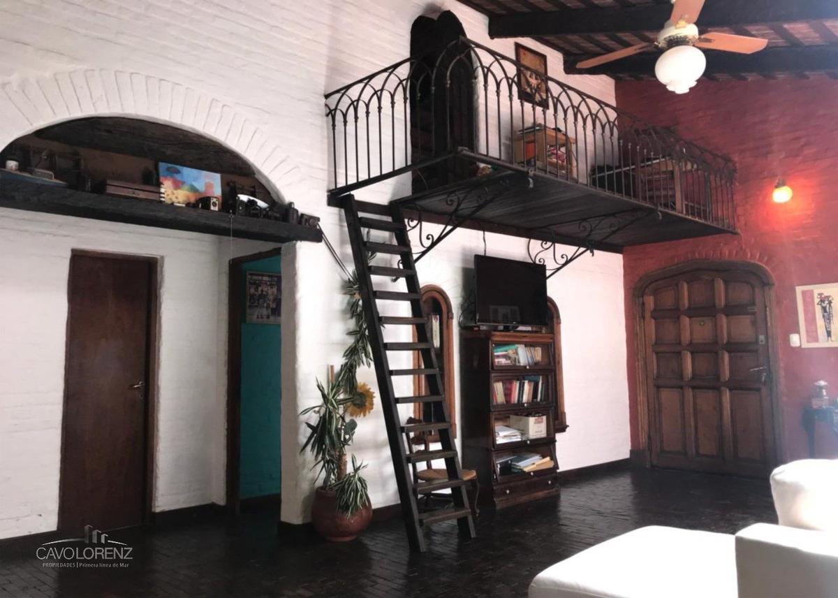zona parque luro. chalet 5 ambientes estilo colonial.