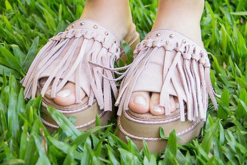 zuecos, sandalias flecos cuero suela y rosa.